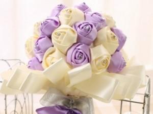 Изящный светлый букет из атласных роз ручной работы