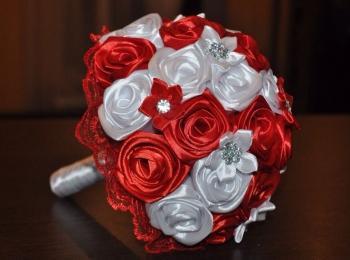 Красивый красно-белый букет из атласных лент с бусинками