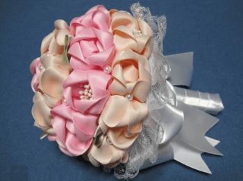 Красивый самодельный букетик с розовыми и персиковыми розами из атласа