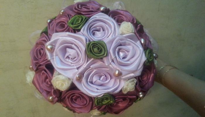 Букет из атласных роз 4 цветов с бусинами-жемчужинами