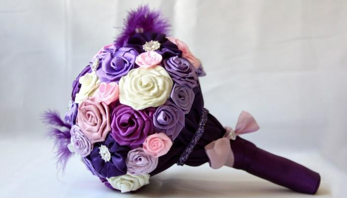Элегантный букет в сиреневых и пастельных цветах из атласных лент с пушинкой