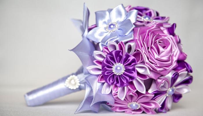 Нежный букет с розами и другими цветами, изготовленных из лент из атласа