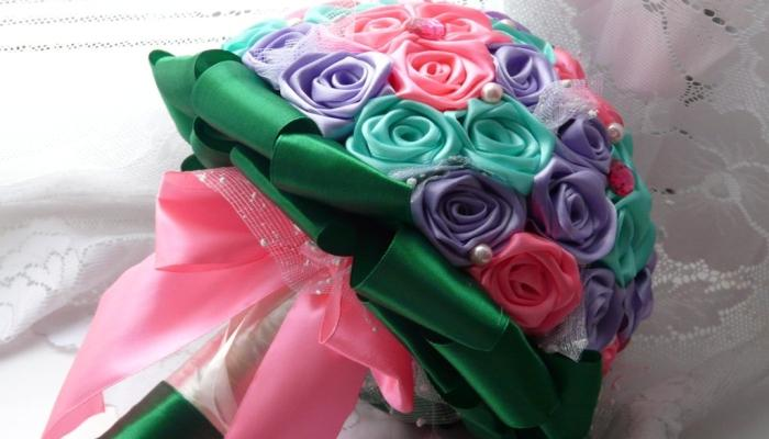 Пышный букет с зелеными, сиреневыми и розовыми атласными розочками