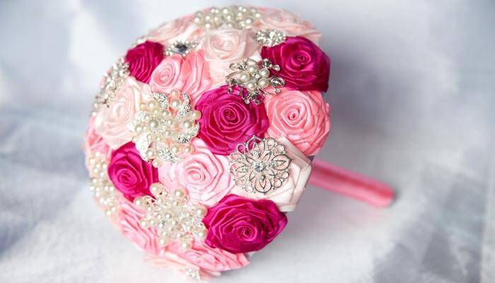 Нежный букетик для невесты своими руками - с ярко и бледно розовыми и белыми цветами