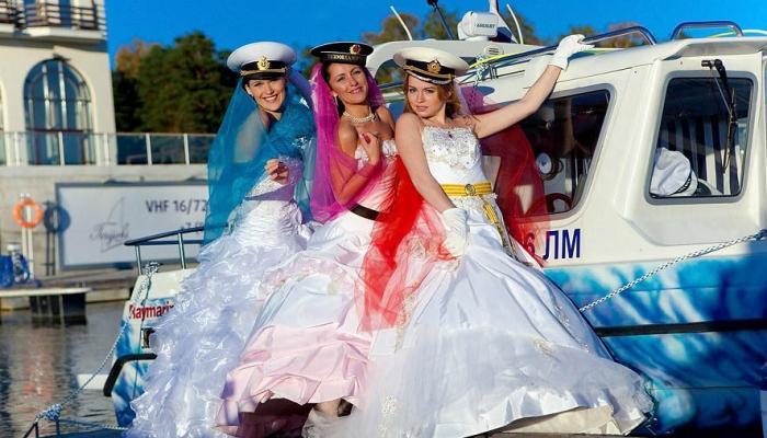 Невесты в пышных А-платьях с разноцветными платками и в головных уборах