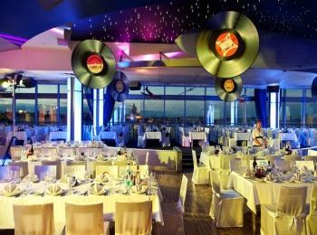 Вариант украшения зала на такую свадьбу - обязательно с виниловыми пластинками