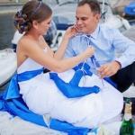 Жених и невеста в свадебных нарядах в морском стиле