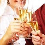 Бокалы с шампанским в руках у гостей на свадьбе