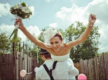 Жених выкупил невесту у подружек и, наконец, забрал ее