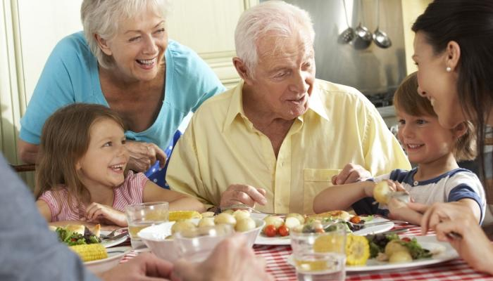 Большая и радостная семья за столом