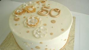 Большой круглый торт на золотую свадьбу, который можно съесть после проведения праздника по сценарию