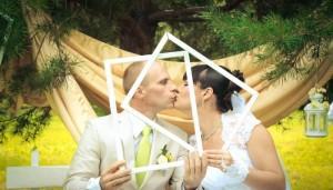 Фотография жениха и невесты летом в пустых рамках у сосны