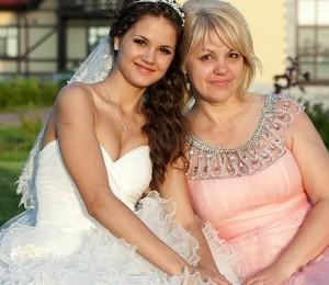 Невеста с мамой в красивом розовом платье на свадьбе