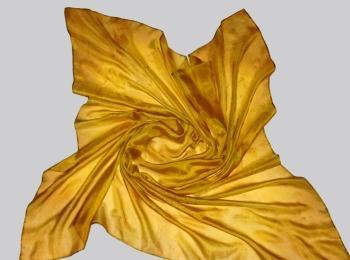По сценарию невесте с 50-летним стажем полагается подарить золотой платок
