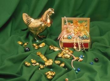 При встрече гостей устройте голд-контроль - пусть гости покажут любой золотой предмет