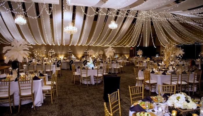 Размер зала для этой свадьбы неважен, главное - выдержать шик той эпохи