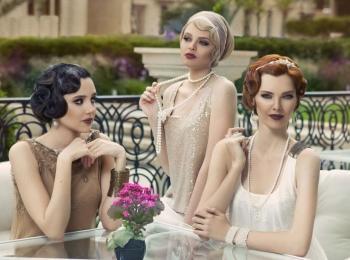Свадьбу в стиле Гэтсби хорошо устраивать на природе, с арками и просто цветами