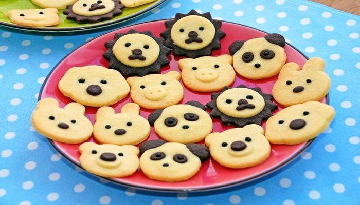 Перед праздником, жена выпекает печенье в форме зверюшек