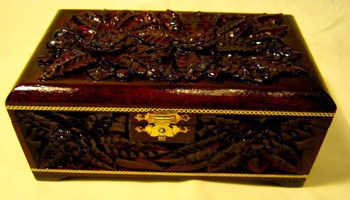 Старинная деревянная шкатулка ручной работы