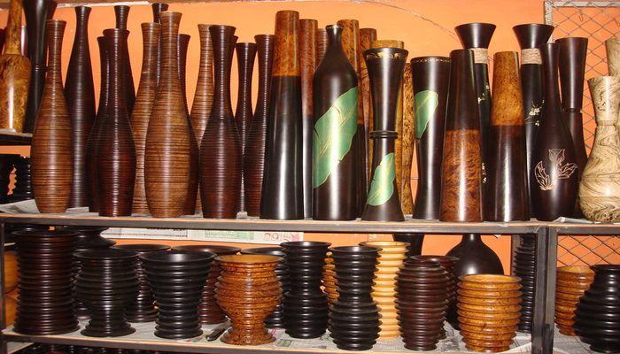 Также подарком может послужить деревянная ваза