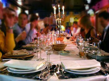 Гости за праздничным столом