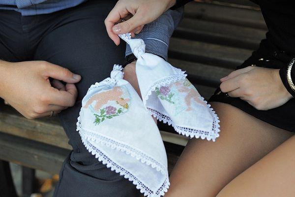 В знак укрепления отношений завязывают узелки на платочках