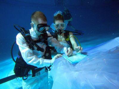 Подводный вариант бракосочетания