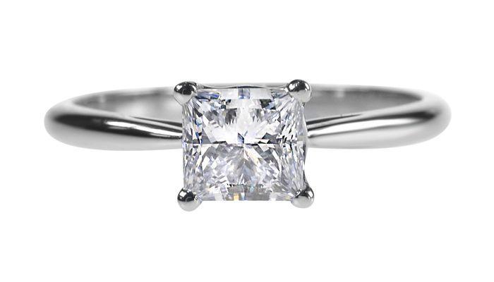 Тонкий платиновый ободок идеально сочетается с крупным бриллиантом. Вес  камня может варьироваться в пределах 0,5 – 2,5 карата. b5173fa2c0c
