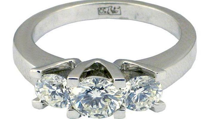 Массивное кольцо с тремя бриллиантами